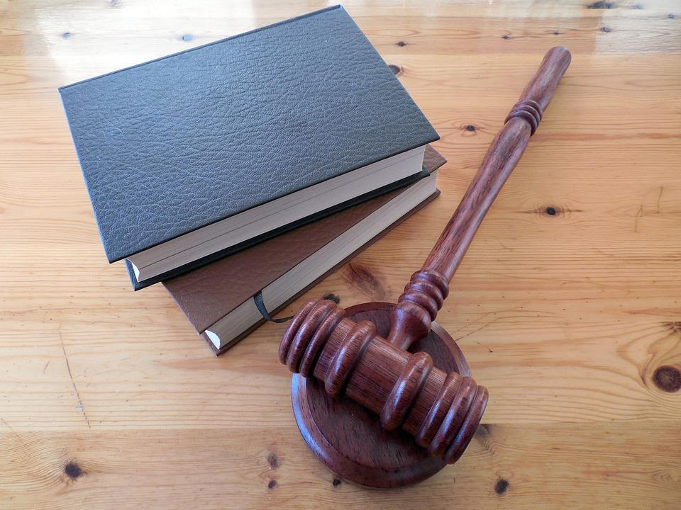 libros y mazo imagen ausar en Webs para abogados